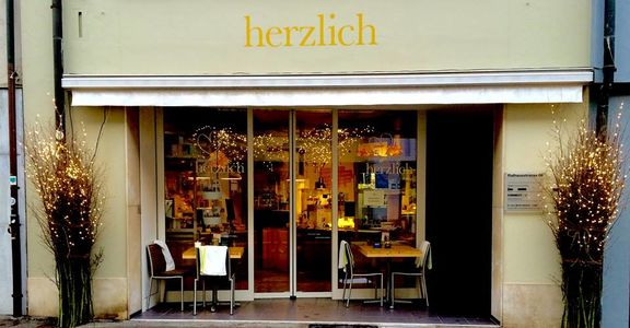 A photo of Herzlich